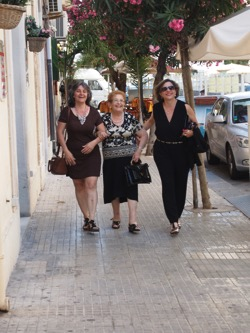 Three lovely ladies stroll in Siracusa  9