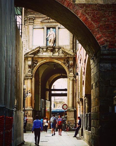 Piazza Mercanti, Milano, Italia via Instagram